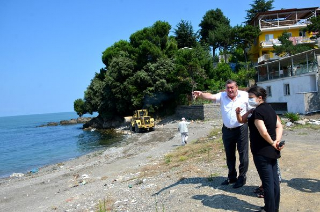 Alaplı Belediyesi, İncivez altı sahilinde taş toplama ve kumsalda temizlik çalışması yaptı.