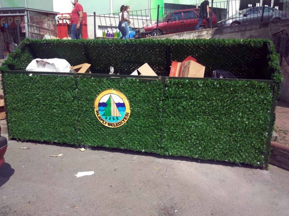 Alaplı'da çöp kutuları suni çimle kaplanıyor...