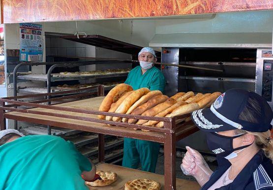 Alaplı Belediyesi Zabıta Müdürlüğü ekipleri, Ramazan ayı dolayısıyla ekmek üretimi yapan fırınlar başta olmak üzere, pasta ve tatlı imalathanelerine yönelik denetimlerini artırdı.