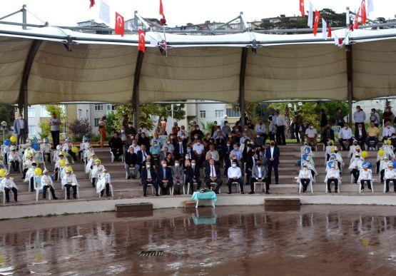 Alaplı Belediyesi tarafından bu yıl 21'ncisi gerçekleştirilen Geleneksel Sünnet Şöleni ile 70 çocuk erkekliğe ilk adımı attı.