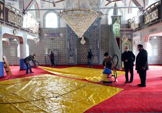 Alaplı Belediyesi, yaklaşan Ramazan ayı öncesinde camilerde temizlik çalışmalarına başladı.
