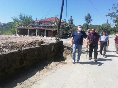 Alaplı Belediye Başkanı Nuri Tekin, Alaplı'ya bağlı Ömerli Köyü'nde geçtiğimiz günlerde çıkan yangın sonucu evlerini kaybeden Cingöz ailesini ziyaret ederek geçmiş olsun dileklerinde bulundu.