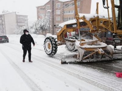 Alaplı'da karla mücadele çalışmaları aralıksız sürüyor....
