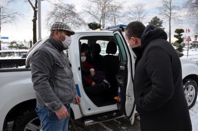 Alaplı İlçesi İsafakılı Köyünde kar yağışı nedeniyle yolu kapanan ve bugün ameliyat olması gereken 10 yaşındaki İrem Yılmaz'ı Belediye Zabıta ekipleri evinden alarak Kdz Ereğli Devlet Hastanesine ulaştırdı.